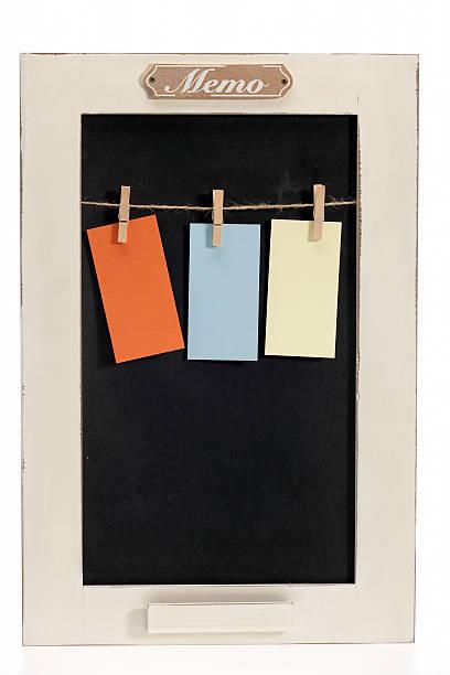 memo board mit drei leere papier-clips - briefhalter stock-fotos und bilder