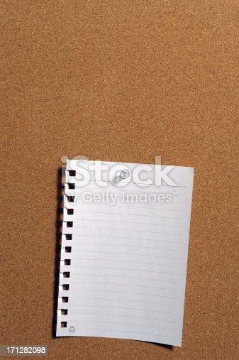 Blank memo pinned on cork board.