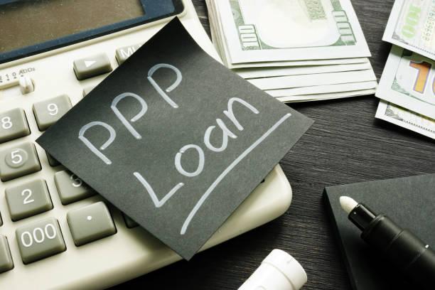 Memo-Zeichen PPP Loan Paycheck Protection Program auf dem schwarzen Blatt Papier. – Foto