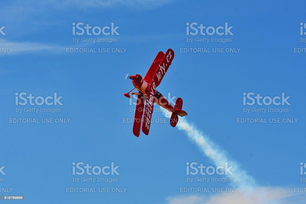 Memorial Airshow, 24 de junio de 2017, Roudnice, República Checa. Rojo staump biplano en vuelo. - foto de stock