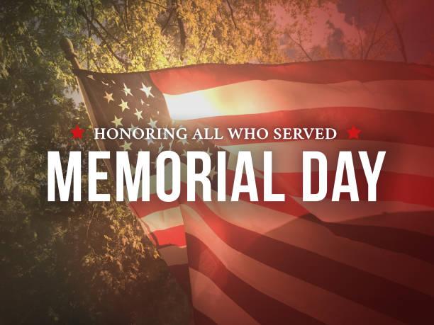 memorial day - en honor a todos los que sirvieron texto gráfico sobre el fondo de la bandera estadounidense - memorial day fotografías e imágenes de stock