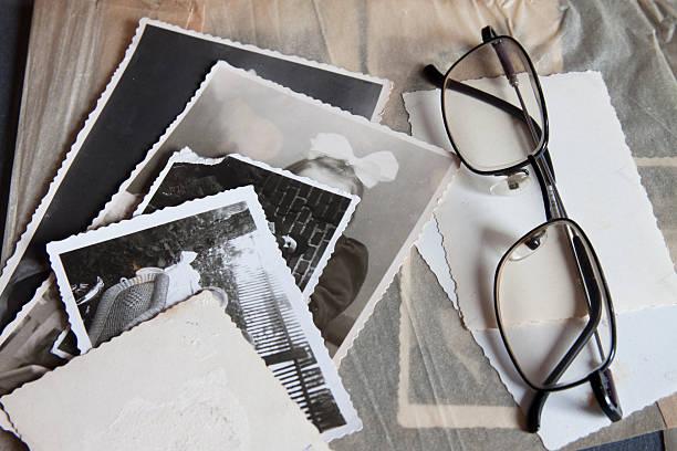 memories photos - senior fotoboek stockfoto's en -beelden
