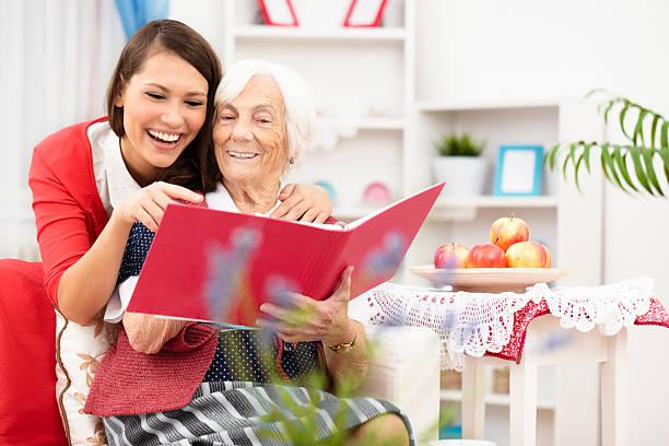 memories - senior fotoboek stockfoto's en -beelden