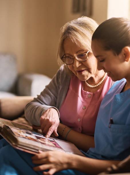 oefeningen van het geheugen is erg belangrijk voor hun gezondheid - senior fotoboek stockfoto's en -beelden