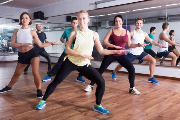 Homens e mulheres dançando zumba - foto de acervo