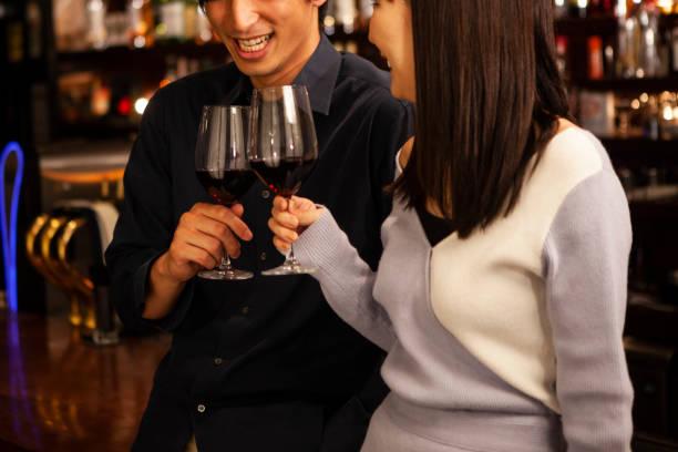 männer und frauen stehen in einer bar trinken zähler - italienischer abstammung stock-fotos und bilder