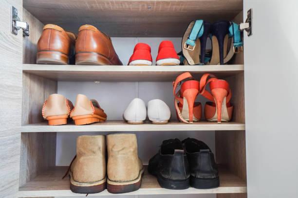 männer und frauen modische schuhe im schrank für arbeit - garderobe mit schuhschrank stock-fotos und bilder
