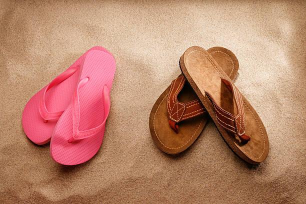 herren und damen sandalen am strand - flitterwochen flip flops stock-fotos und bilder