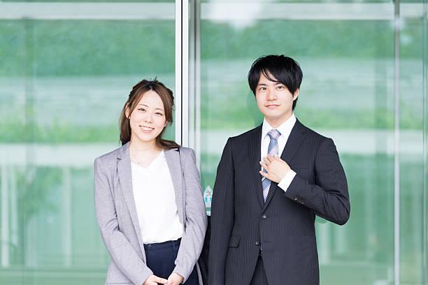 men and women standing in front of the automatic door - 出勤 ストックフォトと画像