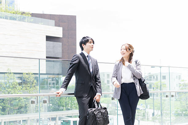 men and women to chat in the office district - 談笑する ストックフォトと画像