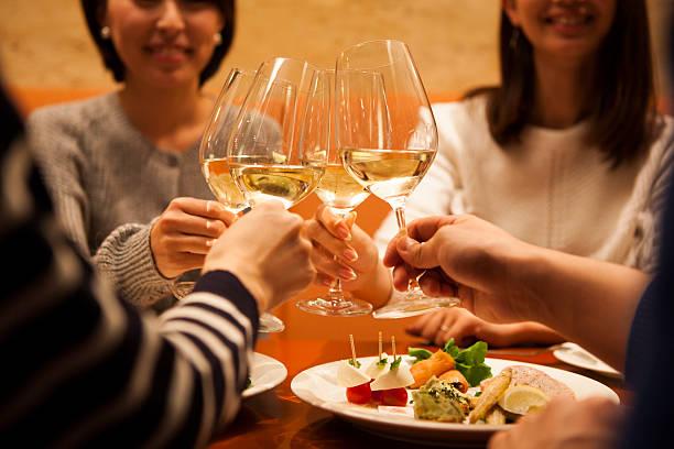 男性および女性のお客様には、喜んでの乾杯 ストックフォト
