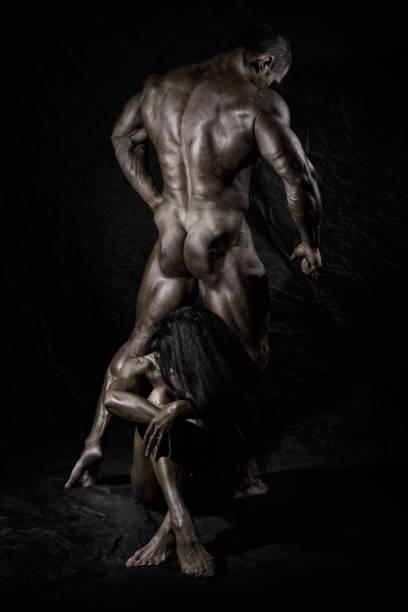 männer und frauen ausgebildet im studio - männliche körperkunst stock-fotos und bilder