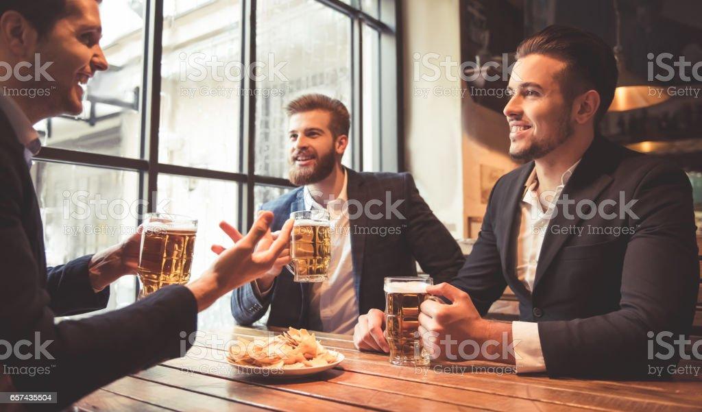 Men at the pub - foto stock