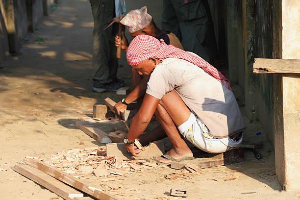 männer bei der arbeit. chitwan, nepal. 0917 - flip flops reparieren stock-fotos und bilder