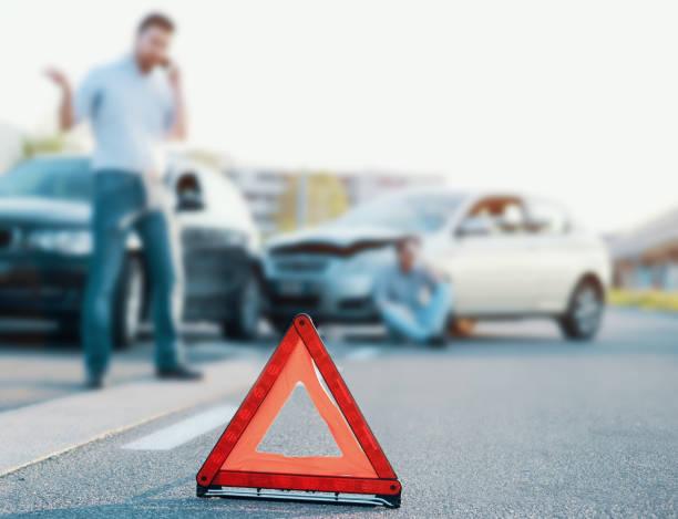 män ringer första hjälpen efter en dålig bilkrasch på väg - krockad bil bildbanksfoton och bilder