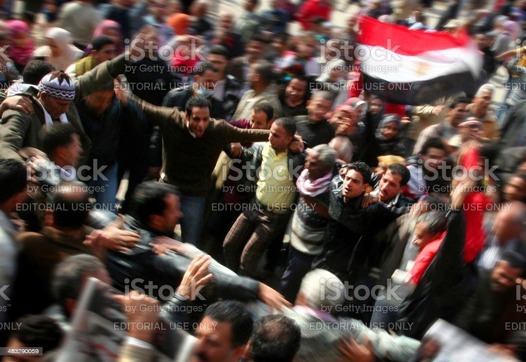 Hombres celebrando la caída de Mubarak en la plaza de Tahrir - foto de stock