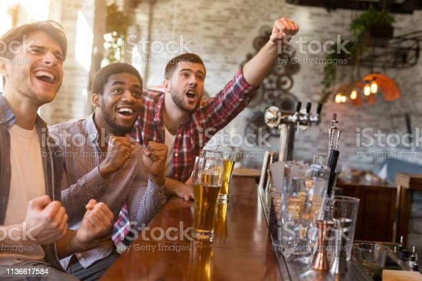 Men cheering for football team in sport bar picture id1136617584?b=1&k=6&m=1136617584&s=612x612&h=r3uta7unm8awhcat0l6ipoireqhj02caafeewn9wqti=