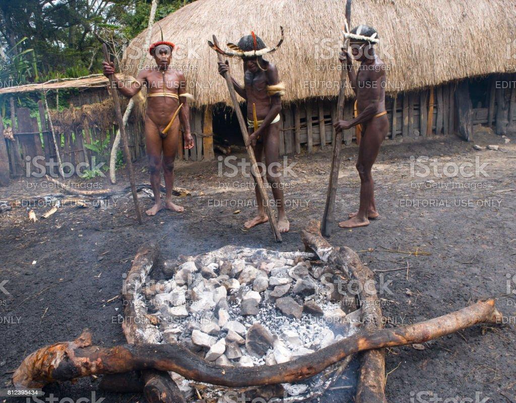 Afbeeldingsresultaat voor papua stone cooking
