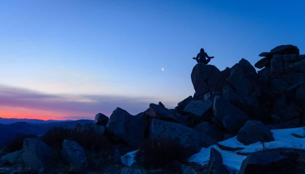Männer tun Yoga auf Hügeln – Foto