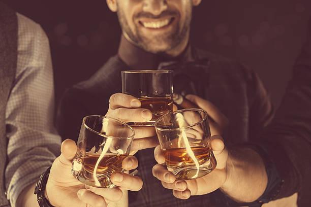 Homme buvant whisky, gros plan de verres et les mains - Photo