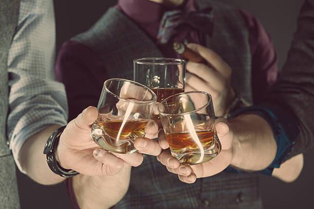 남성 술마시기 위스키, 클로즈업 글라스잔 및 실습 - 스카치 위스키 뉴스 사진 이미지