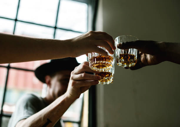 Hommes boire whisky ensemble - Photo