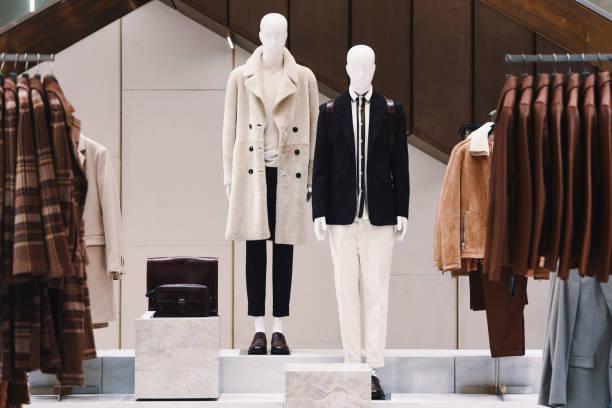 男性エレガントな服をパリの店で 2018。 - マネキン ストックフォトと画像