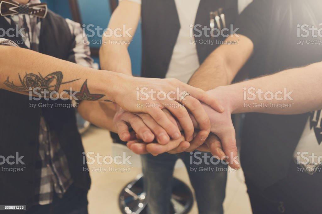 5e6ec703af6 Amistad De Los Hombres Manos Unidas De Equipo Joven Y Con Tatuaje ...