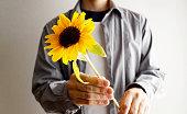 花を手渡す男性