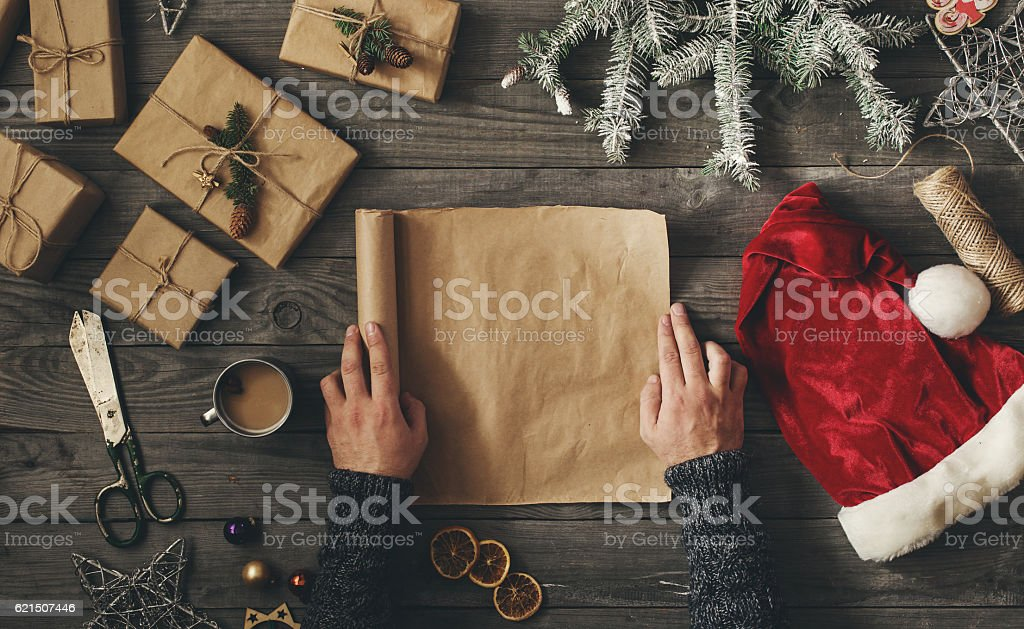 Men hands holding blank sheet of paper with Christmas gift photo libre de droits