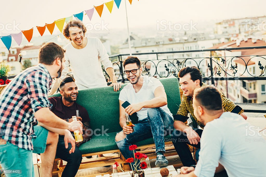 Men having a party on the roof - foto stock