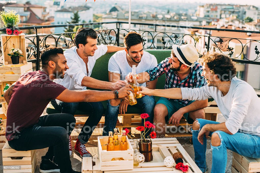 Men having a toast at a party - foto stock