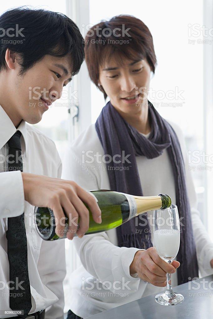 男性がシャンパン ロイヤリティフリーストックフォト