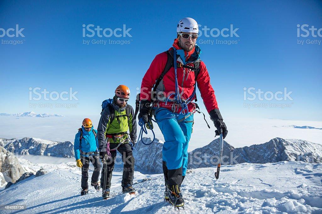 Herren Wandern auf Schnee bedeckt Landschaft – Foto