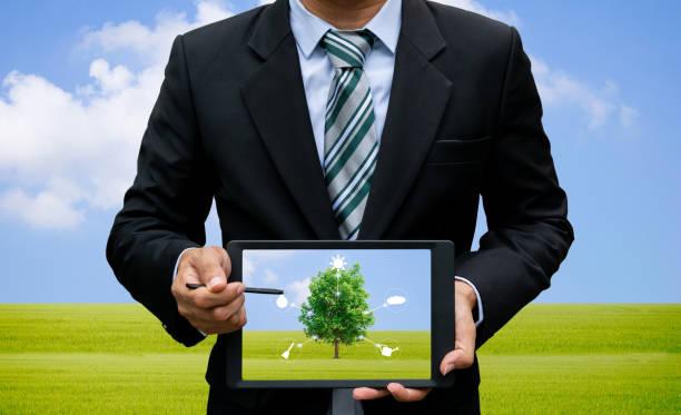 männer halten touch screen tablet technik umwelt und ökologie von bäumen. - origami mobil stock-fotos und bilder