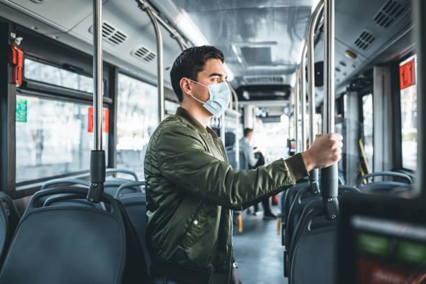 Hommes dans le bus utilisant le masque facial - Photo