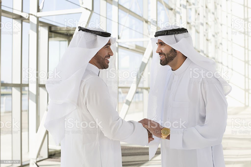 Männer in kaffiyehs beim Händeschütteln – Foto