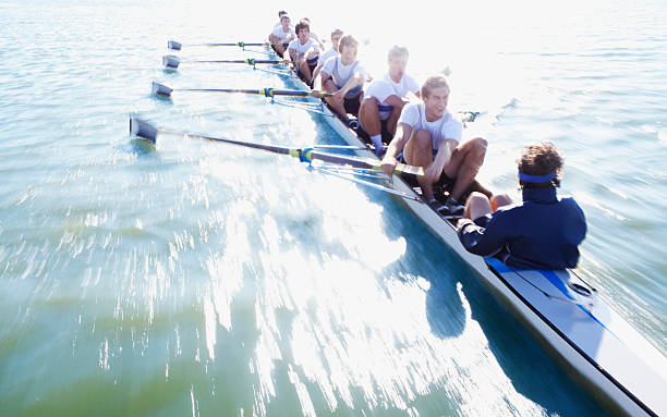 Hombres en Fila de botes oaring - foto de stock