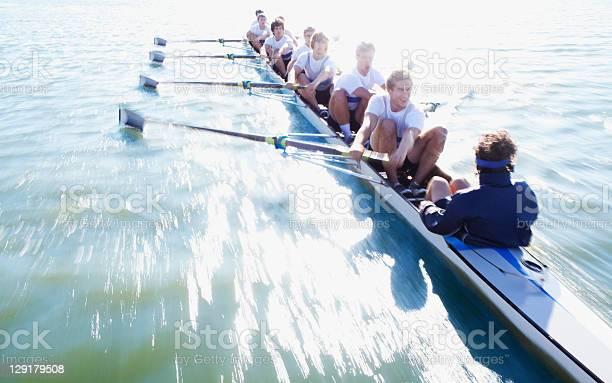 Männer In Zeile Boot Oaring Stockfoto und mehr Bilder von Rudern