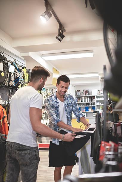Men in sports store - foto de acervo