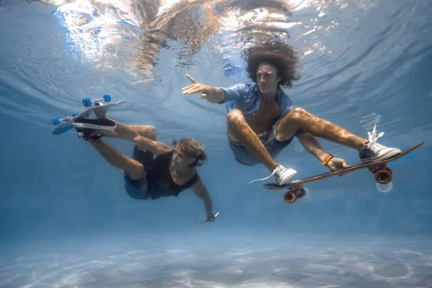 Hombres en la piscina - foto de stock