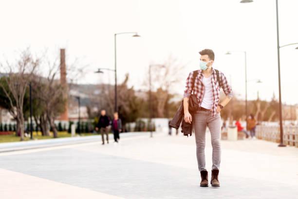 Männer in der Stadt tragen Schutzmaske – Foto