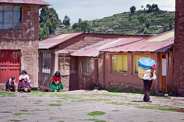 男性服には、伝統的なペルーのタキーレ島 - タキーレ島 ストックフォトと画像