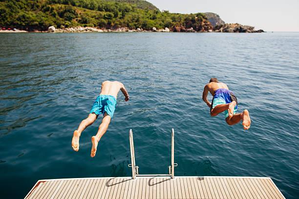 Mann springen in das Wasser aus Yacht – Foto