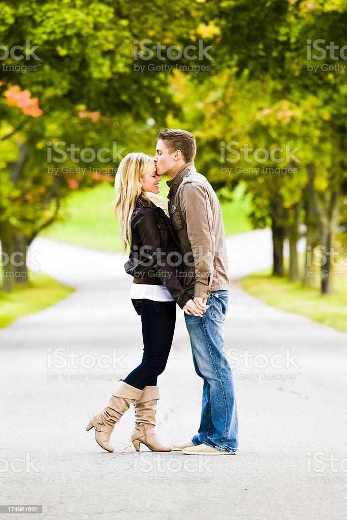 Hombre Besando a la novia en la frente - foto de stock