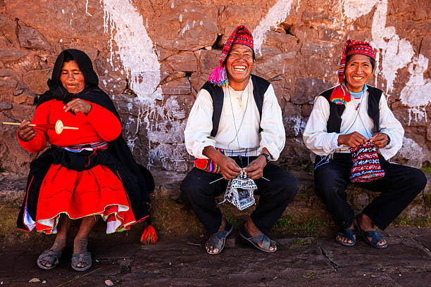 男性ニットにタキーレ島、湖チチカカ,ペルー - タキーレ島 ストックフォトと画像