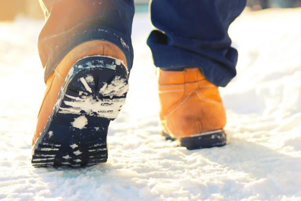männer beine in schuhen für extreme tourismus - kinder winterstiefel stock-fotos und bilder