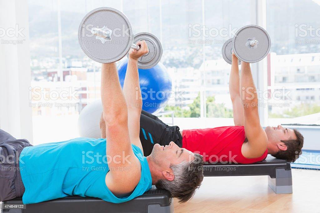 Hombres levantamiento de barra para pesas - foto de stock