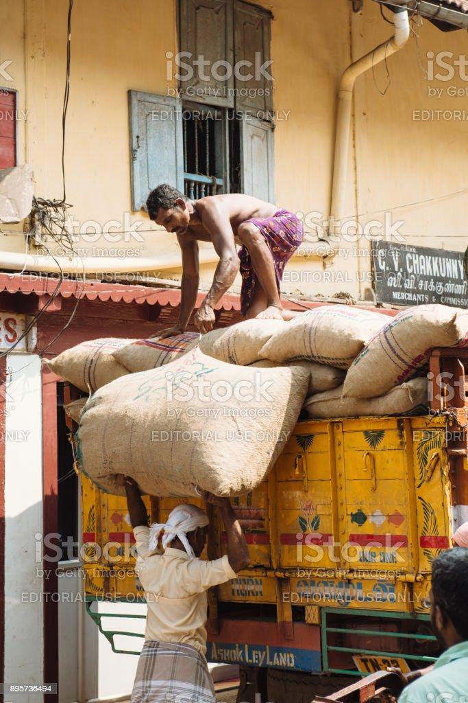 Hommes, chargement du camion avec des sacs d'épices sur un marché aux épices près de Mattancherry, Kochi - Photo