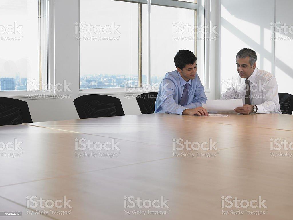 Men looking at paperwork foto de stock royalty-free